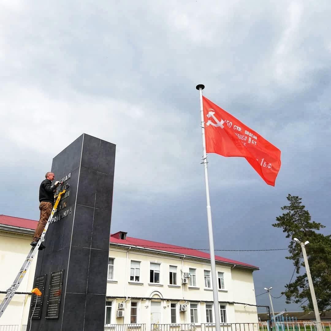 Очистка и полировка памятника к 9 мая